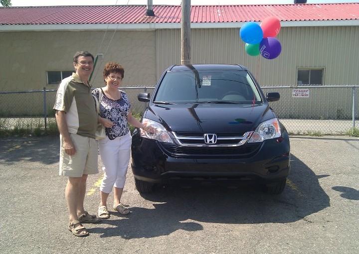 Félicitation à Gérald Thériault et sa femme pour l'achat d'un CR-V LX 4RM. Il nous fait toujours autant plaisir de voir des clients satisfait.